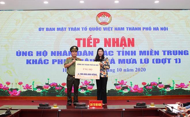 Mặt trận Tổ quốc Việt Nam TP Hà Nội tiếp nhận ủng hộ đồng bào miền Trung ảnh 1
