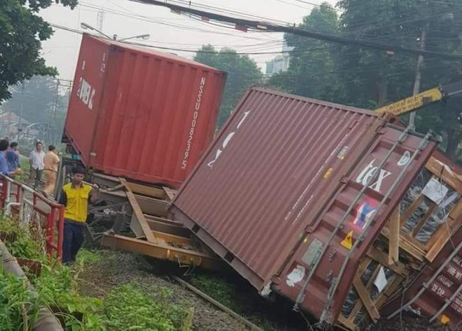 Xe container vượt đường ngang bị tàu hỏa đâm đứt rời ảnh 1