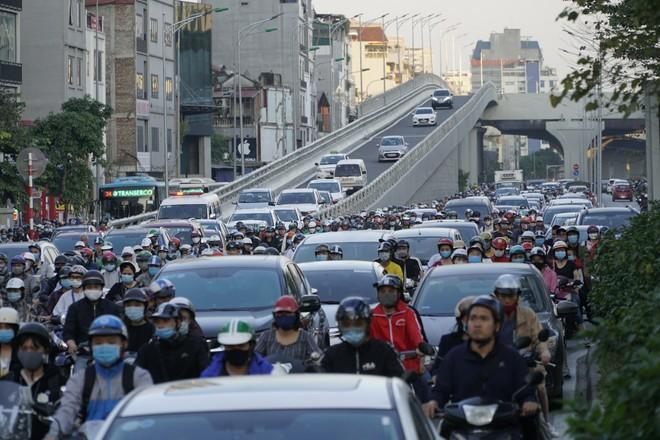 Hà Nội sẽ tiếp tục điều chỉnh giao thông tại nút giao Ngã Tư Sở để hạn chế ùn tắc ảnh 1