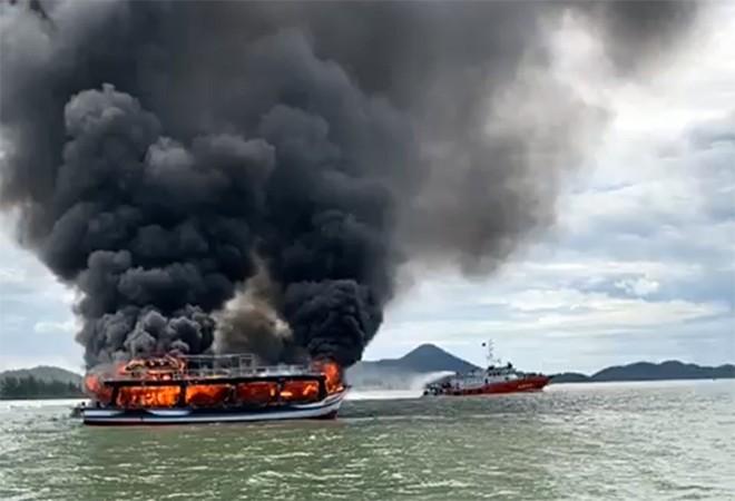 Tàu thủy đang chở khách bốc cháy giữa biển Cửa Đại có còn hạn đăng kiểm? ảnh 1