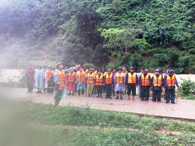 Đưa 45 người leo núi Tà Giang bị mắc kẹt về an toàn ảnh 1