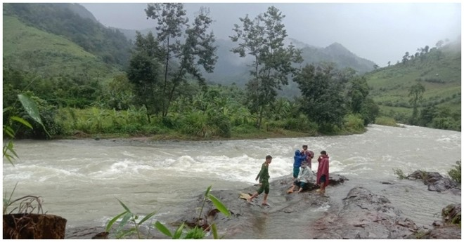 Sẽ điều lực lượng công binh tiếp cận 45 người leo núi Tà Giang bị kẹt do mưa lớn ảnh 1