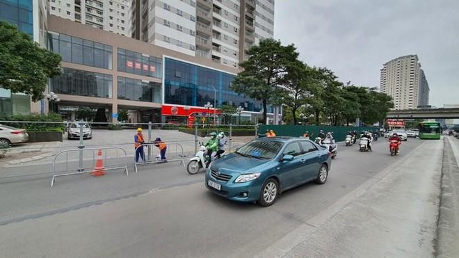 Bất ngờ rào chắn thi công hầm chui Lê Văn Lương, giao thông tắc nghẽn ảnh 4