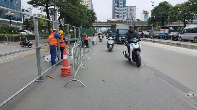 Bất ngờ rào chắn thi công hầm chui Lê Văn Lương, giao thông tắc nghẽn ảnh 3