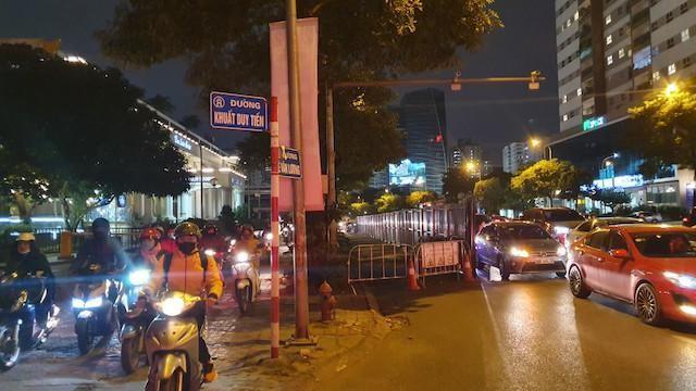 Bất ngờ rào chắn thi công hầm chui Lê Văn Lương, giao thông tắc nghẽn ảnh 2
