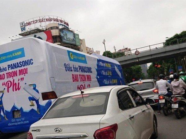 Hà Nội sẽ xử lý nghiêm ô tô khách dán quảng cáo phủ kín xe chạy trên phố ảnh 1
