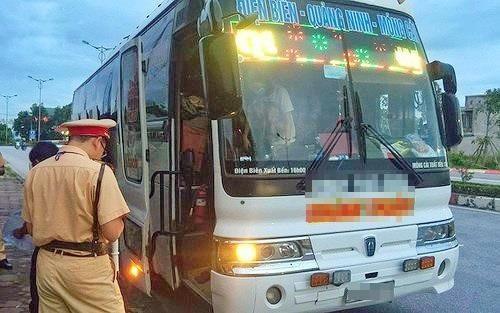 Xe khách chở 3 ca bệnh nhiễm Covid-19 vào Điện Biên bị tước phù hiệu, phạt tiền ảnh 1