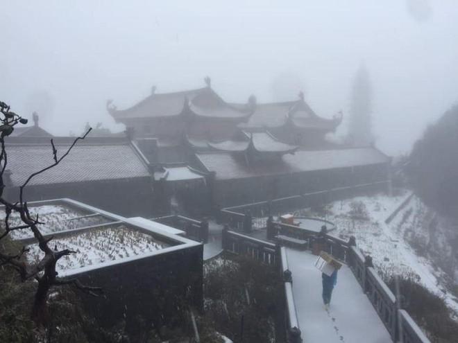 Mưa đá sầm sập khu vực miền núi, tuyết phủ trắng đỉnh Fanxipan ảnh 1