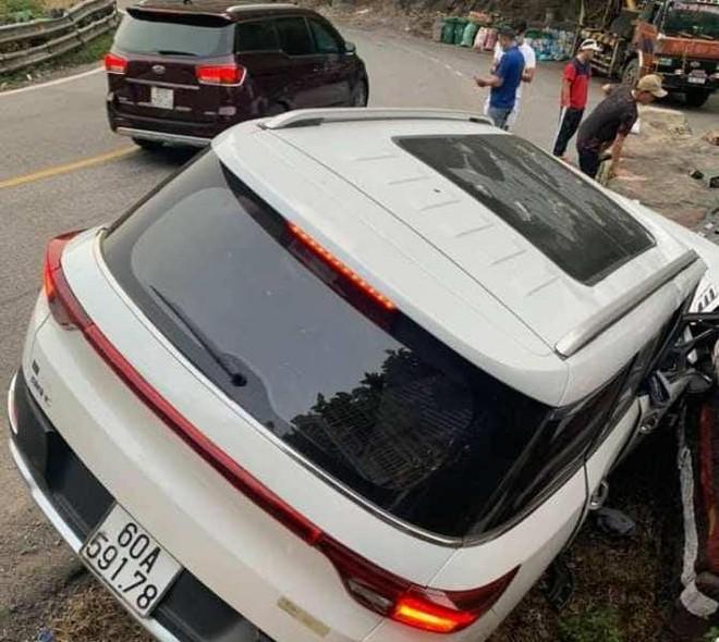 Ô tô đang lưu thông bất ngờ bị lật trên đèo Bảo Lộc, 1 cháu bé tử vong ảnh 1