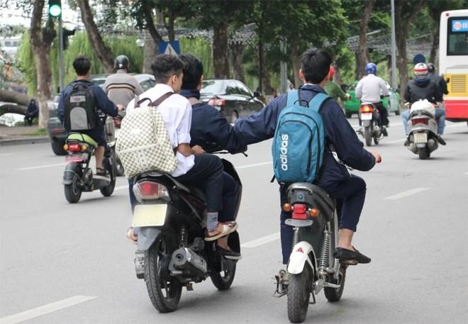 Xem xét xử lý cá nhân giao xe máy cho trẻ em điều khiển khi chưa đủ tuổi, chưa có bằng lái xe ảnh 1