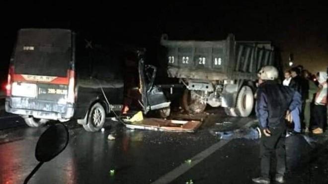 Xe Limousine đâm vào đuôi xe tải đỗ bên đường, 3 người chết ảnh 1