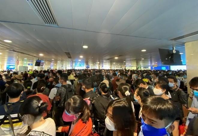 Khách đi máy bay tăng vọt, sân bay Tân Sơn Nhất đông nghịt người, tắc nghẽn ảnh 1