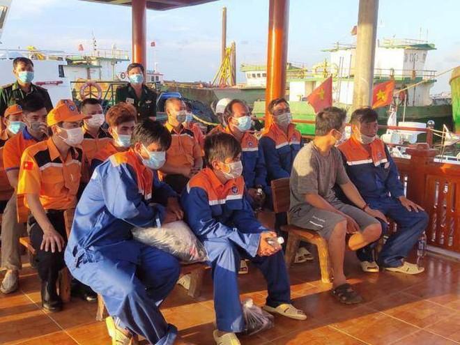 Cứu nạn thành công 6 thuyền viên trên tàu cá bị chìm ảnh 1