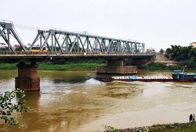 Có thể cấm tàu thuyền lưu thông trên sông Đuống để thanh thải trụ cầu ảnh 1