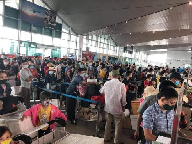 Vì sao sân bay Tân Sơn Nhất tắc nghẽn nặng nề khi chưa tới cao điểm nghỉ lễ 30-4? ảnh 1