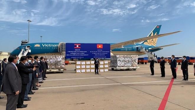Chuyến bay đưa đoàn chuyên gia y tế Việt Nam sang Lào hỗ trợ chống dịch hạ cánh an toàn ảnh 1