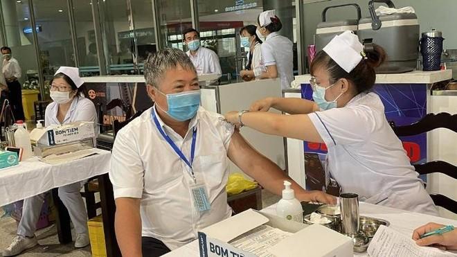 Kiến nghị các địa phương ưu tiên tiêm vaccine Covid-19 cho nhân viên hàng không ảnh 1