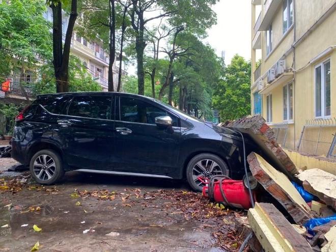 (Video) Hiện trường vụ sập tường bao trường Mầm non Mai Dịch làm bẹp 13 ô tô ảnh 1