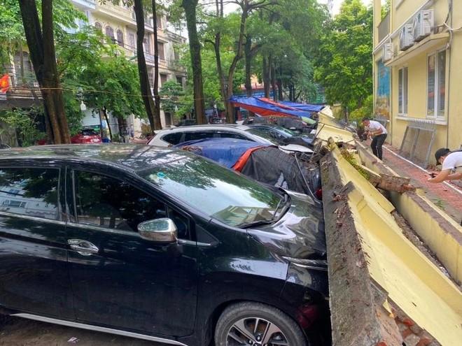 (Video) Hiện trường vụ sập tường bao trường Mầm non Mai Dịch làm bẹp 13 ô tô ảnh 2
