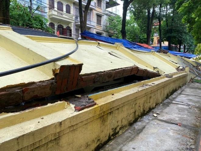 (Video) Hiện trường vụ sập tường bao trường Mầm non Mai Dịch làm bẹp 13 ô tô ảnh 3