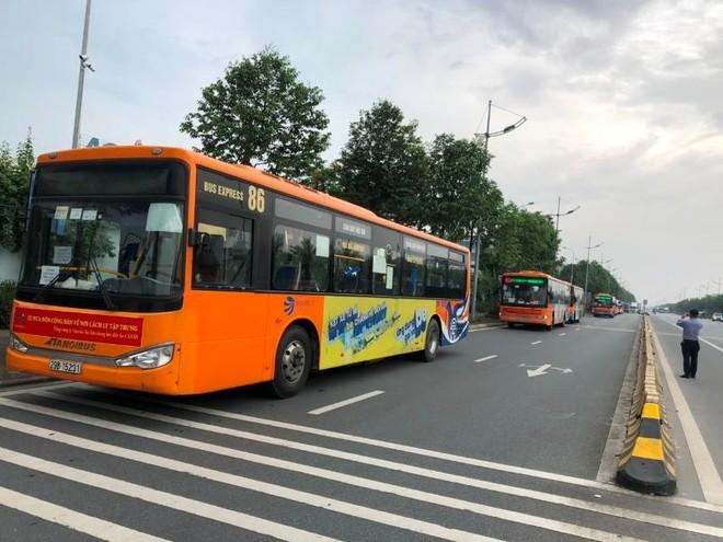 Xe buýt đưa 300 người tại sân bay Nội Bài về từ vùng dịch đi cách ly tập trung ảnh 1