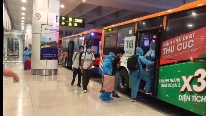 Xe buýt đưa 300 người tại sân bay Nội Bài về từ vùng dịch đi cách ly tập trung ảnh 2