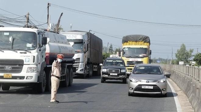 Xe chở nguyên liệu sản xuất bị tắc nghẽn, Bộ Nông nghiệp đề nghị tháo gỡ ảnh 1