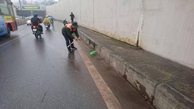 Rào chắn, cấm lưu thông 1 bên đường hầm Kim Liên để sửa chữa vết nứt ảnh 1