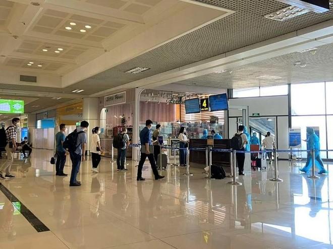 Vietnam Airlines đưa 180 cán bộ, nhân viên y tế Bệnh viện Bạch Mai vào TP.HCM ảnh 1