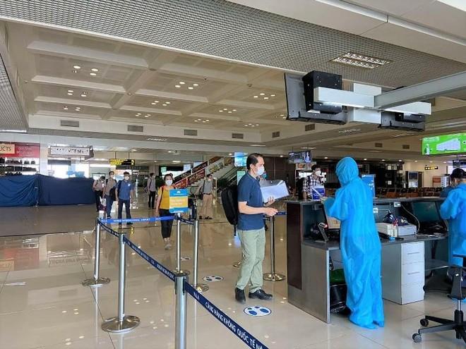 Vietnam Airlines đưa 180 cán bộ, nhân viên y tế Bệnh viện Bạch Mai vào TP.HCM ảnh 2
