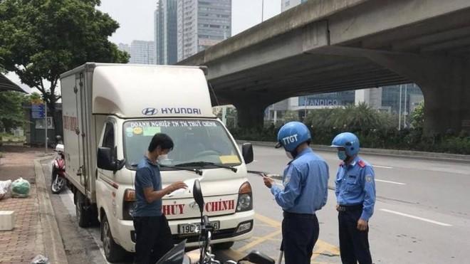 Một loạt xe dừng đỗ giao nhận hàng bừa bãi trên đường Phạm Hùng bị lập biên bản ảnh 1