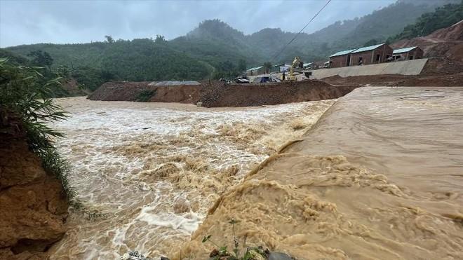 """Bão số 5 (Conson) suy yếu rồi """"chết"""" ven biển Đà Nẵng- Bình Định, nhiều nơi vẫn mưa lớn ảnh 1"""