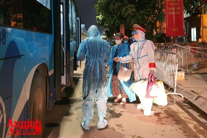 Thanh Xuân đón 200/1.100 công dân kết thúc cách ly tại Đại học FPT về nơi ở ảnh 1