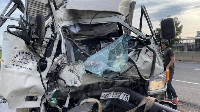 Bình Thuận: Xe tải đâm vào đuôi xe đầu kéo đang dừng, lái, phụ xe chết kẹt trong cabin ảnh 1