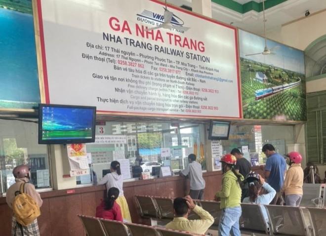 """Vé tàu Bắc - Nam """"cháy"""" sau vài tiếng mở bán, đường sắt lập thêm tàu mới ảnh 1"""