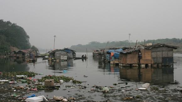 Báo động rác thải ở xóm nhà nổi Phúc Xá ảnh 1