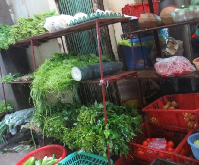 Viện cớ mưa bão, giá rau, củ, quả tăng cao ảnh 1