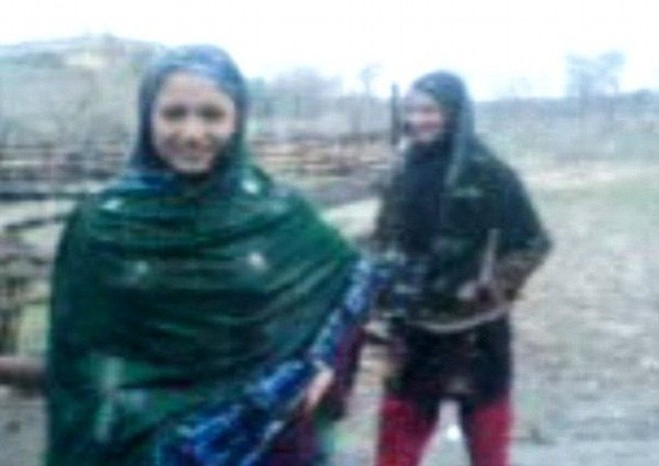 Nhảy múa trong mưa, 2 thiếu nữ xinh đẹp bị anh trai bắn chết ảnh 1