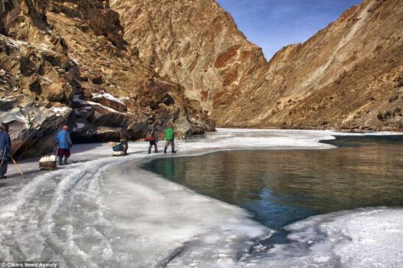 Đi bộ hơn 9 ngày dưới cái lạnh -35 độ C để sinh con ảnh 4