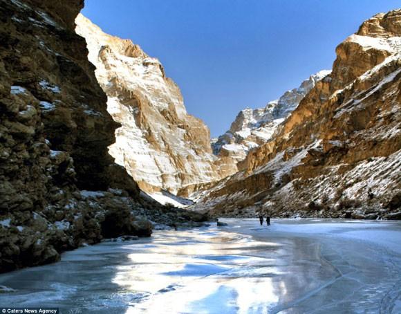 Đi bộ hơn 9 ngày dưới cái lạnh -35 độ C để sinh con ảnh 1