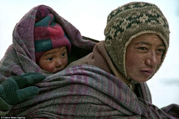 Đi bộ hơn 9 ngày dưới cái lạnh -35 độ C để sinh con ảnh 8