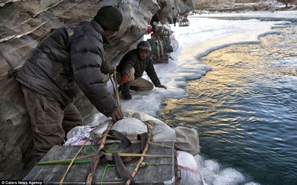 Đi bộ hơn 9 ngày dưới cái lạnh -35 độ C để sinh con ảnh 3