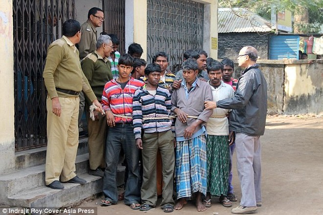 Kinh hoàng cô gái trẻ bị 13 người hiếp do dám yêu trai làng khác ảnh 3