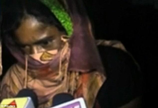 Kinh hoàng cô gái trẻ bị 13 người hiếp do dám yêu trai làng khác ảnh 1