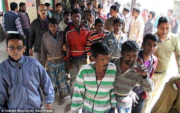 Kinh hoàng cô gái trẻ bị 13 người hiếp do dám yêu trai làng khác ảnh 2