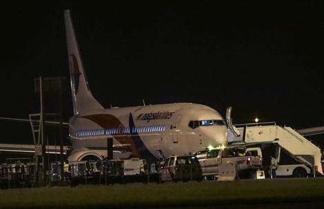 Máy bay MH192 Malaysia Airlines hạ cánh khẩn cấp vì nổ lốp ảnh 1