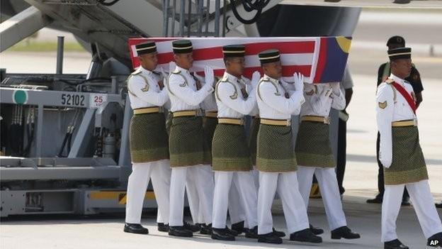 Vụ MH17: Thi thể 20 nạn nhân Malaysia đầu tiên về đến Kuala Lumpur ảnh 1