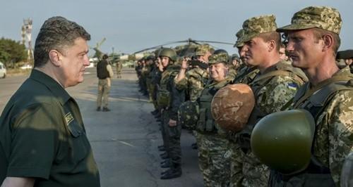 Tổng thống Ukraine, Petro Poroshenko trong chuyến thăm tới chiến tuyến Mariupol