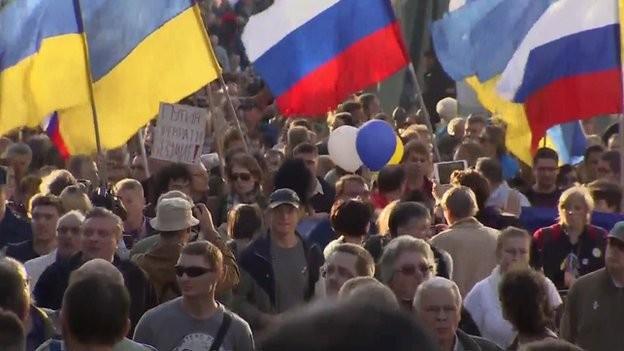 Hàng ngàn người biểu tình phản đối chính sách của Nga ở Ukraine ảnh 1