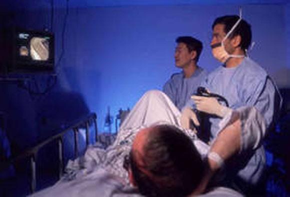 """Nhạo báng """"của quý"""" khi bệnh nhân đang bất tỉnh, bác sĩ bị kiện ảnh 1"""